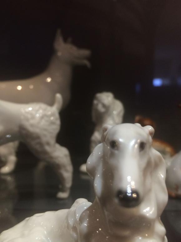 Porzellanhunde im Augarten Porzellanmuseum, Foto: Petra Hartl