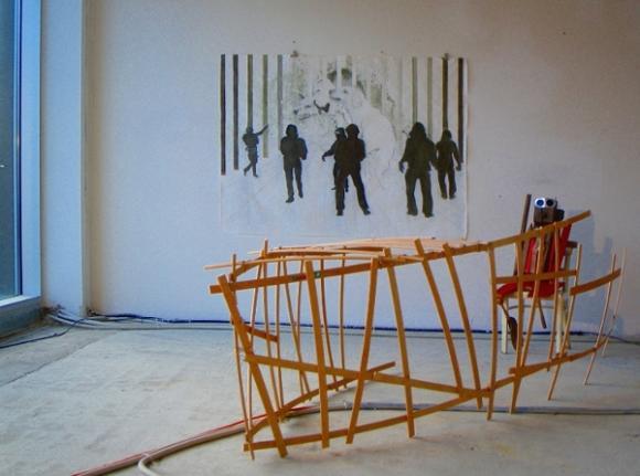 Ausstellungsansicht Der Käfig, im Vordergrund eine Arbeit von Nele Probst