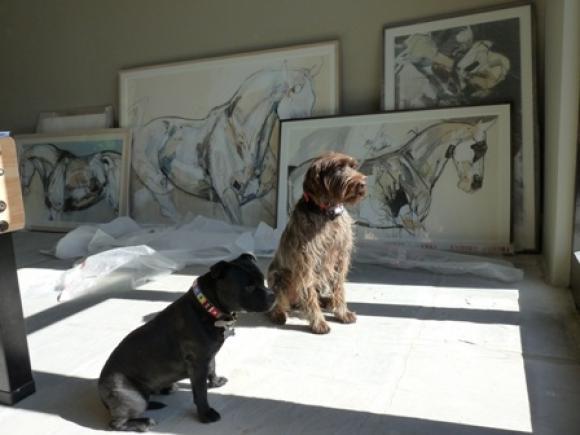 Zwei Hunde vor Jo Taylors Pferdebildern