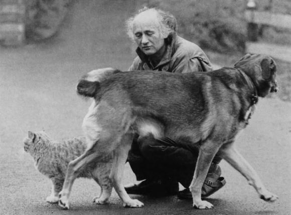Cornelius Kolig mit Hund und Katze, 1983