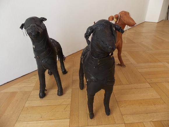 Hundeobjekte von Gabi Trinkaus, Foto © Petra Hartl