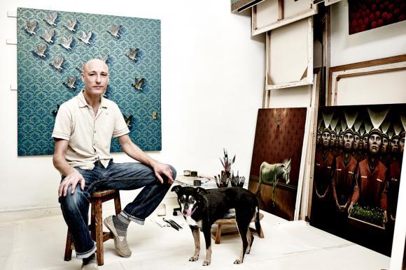 Gavin Watson mit seinem Hund im Atelier, Foto: John Donoghue