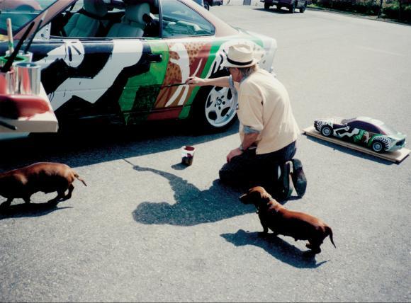 Stanley und Boodgie schauen beim Bemalen des Autos zu