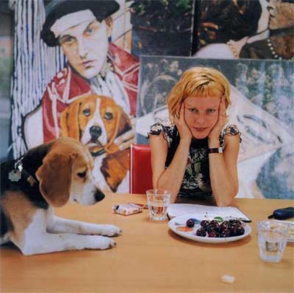 Cornelia Schleime mit Hund Jacki im Atelier Prenzlauer Berg, 2004