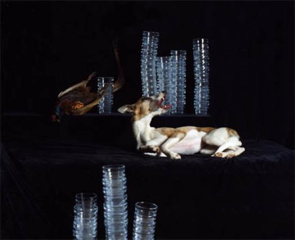 Nadin Maria Rüfenacht, Nature morte, Hund mit Fasan und Gläsern, 2005