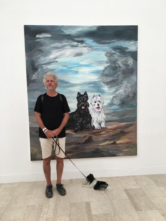 Biennale-Besucher vor Djordje Ozbolts Remember me? Foto Petra Hartl