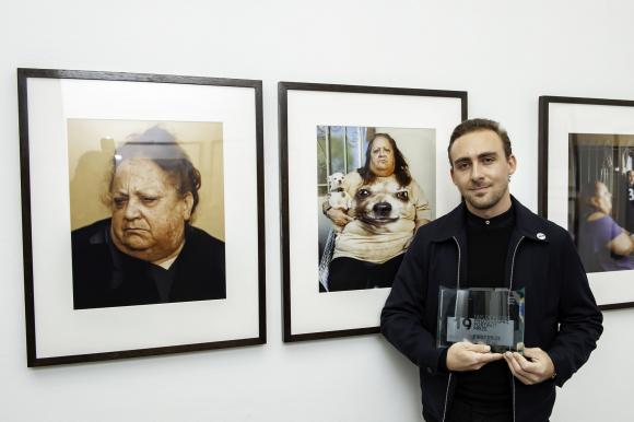 Pat Martin vor seinen prämierten Fotos, Foto Jorge Herrera