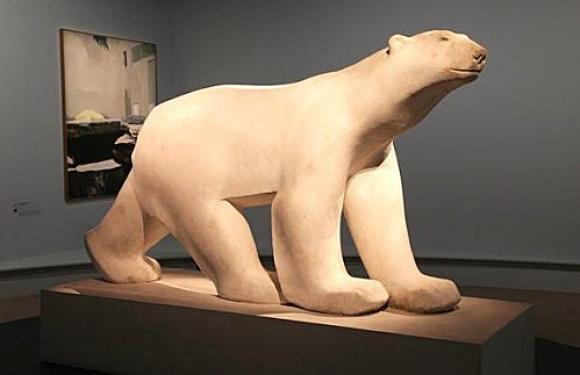 Die Eisbären von Francois Pompon und Aillaud im Hintergrund