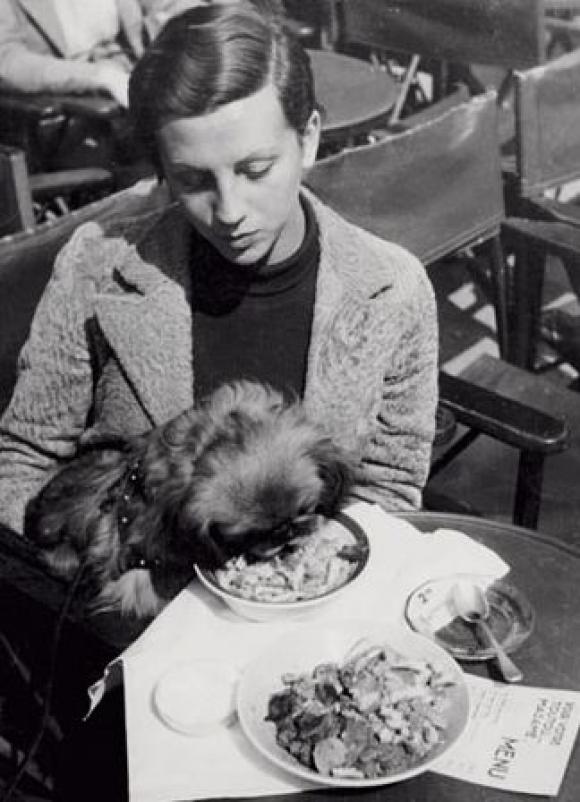 Robert Capa, Gerda Taro mit einem Hund in Paris, etwa 1935-1936