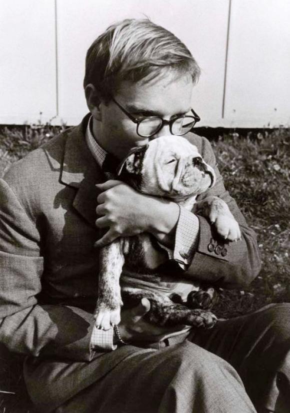 Robert Capa, Truman Capote hält einen Hund in Italien, 1953