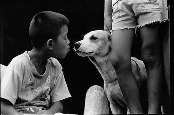 Kind kuesst Hund, 2002 © Surat Osathanugrah