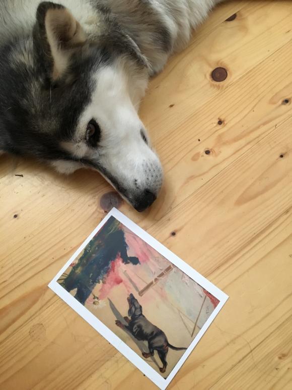 Hedy mit Postkarte, Foto Petra Hartl
